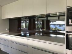 Kitchen design splash back in black mirror finish stopsol NZ Kitchen Mirror Splashback, Black Splashback, Kitchen Wall Tiles Design, Grey Kitchen Walls, Modern Kitchen Design, Glass Splashbacks, Kitchen Designs, Kitchen Ideas, Wren Kitchen