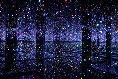 Yayoi Kusama, Sala de espejos del infinito – Plena del brillo de la vida, 2011, vista de instalación en el Malba. Foto: Jorge Miño