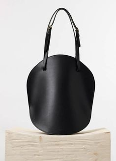 Curved Shoulder Bag in Black Natural Calfskin Spring / Summer Runway 2015 collections - Handbags | CÉLINE