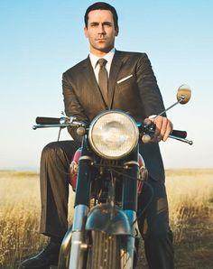 Don Draper sobre una moto. Lo que le faltaba para protagonizar más fantasías... OMG!