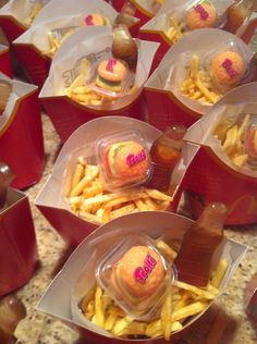 Mc Donald traktatie Birthday Treats, Party Treats, Mcdonalds Birthday Party, Pokemon Themed Party, Cupcakes Flores, Cute Snacks, Modeling Chocolate, Happy B Day, Cakes For Boys