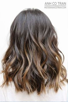 Blonde and dark brown hair color ideas. Top best Balayage hairstyles for natural black and brown hair. Balayage hair color ideas with blonde, brown, caramel. Top Balayage hairstyles to completely new look. Medium Hair Styles, Curly Hair Styles, Medium Wavy Hair, Semi Short Hair, Medium Length Wavy Hairstyles, Haircuts For Medium Length Hair, Brown Wavy Hair, Medium Haircuts, Thick Hair
