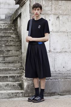 See the McQ Alexander McQueen spring/summer 2016 menswear collection. Click through for full gallery Queer Fashion, Androgynous Fashion, Fashion Show, Fashion Outfits, Fashion Design, Fashion Trends, Mens Fashion, Streetwear, Mode Queer