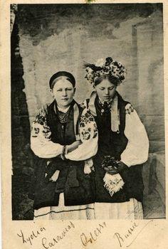 Girls in traditional Ukrainian clothing, 19th century