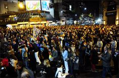 Cacerolas y bocinazos sirvieron anoche a los vecinos de Buenos Aires para expresar su bronca. (Luciano Thieberger y Juano Tesone) Av. Santa Fe y Callao. Capital