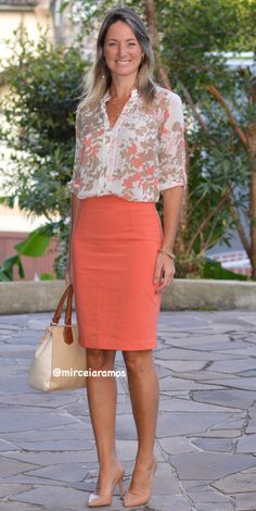 Work look – look of the day – corporate look – fashion at work – work outfit – office outfit – spring outfit – executive look – summer look – summer outfit – orange pencil skirt – coral – printed shirt Coral Skirt Outfits, Pencil Skirt Outfits, Black Dress Outfits, Spring Outfits, Outfit Summer, Work Fashion, Fashion Looks, Fashion Outfits, Office Outfits Women