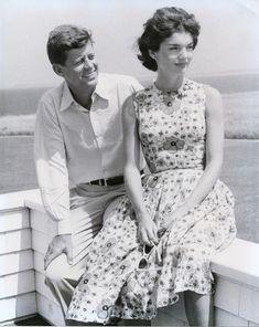 """John F. Kennedy y Jackie Kennedy. John también conocido por Jack Kennedy por sus amigos o JFK, fue presidente de los Estados Unidos en 1961 hasta 1963, año en el que fue asesinado. Durante su gobierno tuvo lugar la """"invasión de Bahía de Cochinos"""", """" la crisis de los misiles de Cuba"""",  """"la construcción del muro de Berlín"""", """" el inicio de la carrera espacial"""" y """" la consolidación del Movimiento por los Derechos Civiles en Estados Unidos"""", así como """" los primeros eventos de la Guerra de…"""