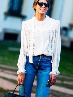 street style look camisa Vitoriana e calça jeans.