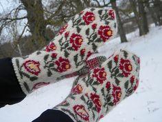 Knitted Mittens Pattern, Knit Mittens, Knitting Socks, Mitten Gloves, Knit Socks, Fair Isle Knitting, Hand Warmers, Handicraft, Diy And Crafts
