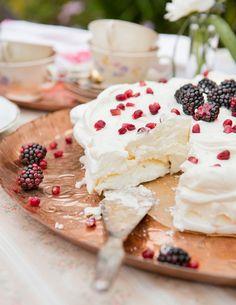 Pavlova on ihana kesäkakku - näin onnistut marengin teossa Meringue Pavlova, Sweet Pastries, Let Them Eat Cake, Deli, Food Inspiration, Camembert Cheese, Goodies, Food And Drink, Baking
