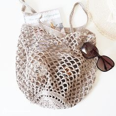 Crochet mesh bags are a classic, but nowadays these simple market / beach bags, seems to be a popular fashion accessories, as well. When I made my crochet Crotchet Bags, Bag Crochet, Crochet Purse Patterns, Crochet Market Bag, Crochet Shell Stitch, Filet Crochet, Crochet Handbags, Crochet Purses, Crochet Ideas