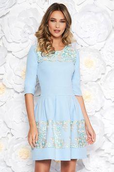 Rochie albastra-deschis eleganta in clos din material usor elastic cu insertii din dantela Graduation, Plus Size, Interior, Shopping, Dresses, Fashion, Rhinestones, Gowns, Moda