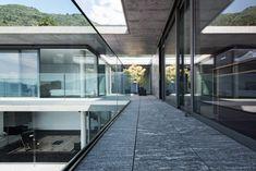 Die beiden Gebäudeschenkel legen sich schützend um das schmale Schwimmbecken | Michele Arnaboldi Architetti ©Nicola Roman Walbeck Photography, Düsseldorf