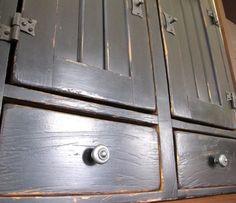 Armoire en pin, peinture au lait, Brou de noix, Huile de finition, fabriquée et finition par La boîte à pin http://laboiteapin.panierdachat.com/fr/details.php/qs/prodId/60403/ – à St-Paul de Joliette.