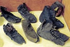 Vindolanda museum display (Northumberland, England) of Roman era leather footwear shoes (from near Hadrian's Wall). Ancient Roman Clothing, Historical Clothing, Historical Dress, Roman Man, Roman Dress, Roman Clothes, Rome Antique, Roman Britain, Empire Romain