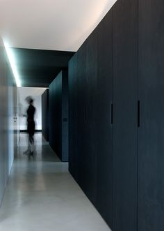 A penthouse apartment in Stuttgart is a well thought-through composition comprising three monolithic cabinet systems and a free-standing kitchen block. Interior Architecture, Interior And Exterior, All About Doors, Brook House, Kitchen Ornaments, Wardrobe Furniture, Black Wardrobe, Kitchen Models, Wardrobe Design