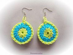 Gehaakte oorbellen combi blauw/groen.  Crochet earrings combi blue/green.  www.droomcreaties.nl
