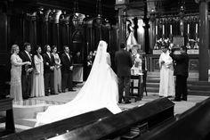 Foto dos noivos no altar de costas.
