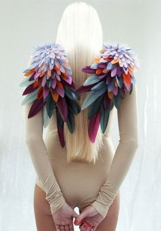 Make some colorful epaulettes. Foam feathers in different sizes can be glued or sewn to make wings. Cool for Burning Man Festival Trends, Mode Origami, Fancy Dress, Dress Up, Mode Costume, Bird Costume, Costume Wings, Textiles, Origami Fashion