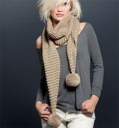 Modèle écharpe à pompons géants - Modèles tricot femme - Phildar