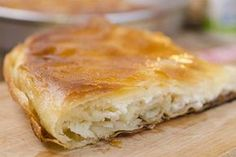 Сите сакаат бурек, но како истиот да се подготви дома, а да наликува на оној од вашата омилена пекара. За да дознаеме, го пронајдовме рецептот. Состојки: - 500 г. кора за пита - 300 г. сирење - 250 мл. вода - 125 мл. масло Подготовка: Измешајте ги маслото и водата. Изгмечете го сирењето. Две