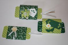 Ziehkarten in Grün: Die gewölbten Karten eignen sich zwar nicht zum Verschicken im Briefumschlag, dafür aber als kleines Gastgeschenk oder als Tischkärtchen. Vorne links ist die flache Variante zu sehen, die auch in einen Umschlag passt.
