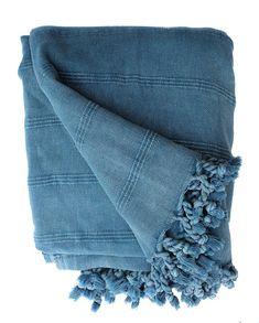Sprei blauw stonewashed van katoen. Deze fijne blauwe plaid is XL en past op je bed en je bank. Handgeweven. Deze bedsprei wordt gratis verzonden.
