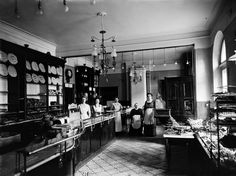Ekberg pastry shop in Helsinki. Ekberg Pastry shop was open to the Alexander street in 1864-1917. - Ekbergin konditorialiike. Konditoria toimi Aleksanterinkadulla vuosina 1864–1917. Foto: Signe Brander, 1912.
