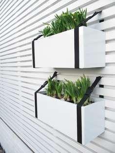 Bekijk 'Hangende plantenbakken aan riem' op Woontrendz ♥ Dagelijks woontrends ontdekken en wooninspiratie opdoen!