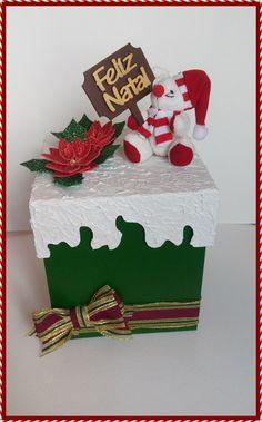 Compre Porta Panetone MDF decorado no Elo7 por R$ 80,00   Encontre mais produtos de MDF e Técnicas de Artesanato parcelando em até 12 vezes   Porta Panetone em MDF capacidade para panetone de 500 gramas  Decorado com temas natalinos( laço natalino flores , ursinho natalino e plaquinha de..., AECE30 Felt Christmas, All Things Christmas, Merry Christmas, Christmas Ornaments, Diy Gift Box, Diy Gifts, 3d Paper Crafts, Diy And Crafts, 242