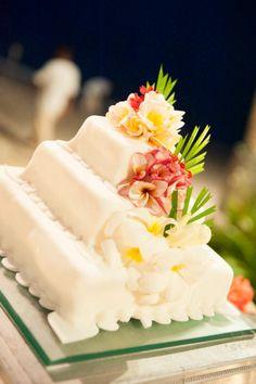 Tropical and delicious wedding cake. Beach wedding, Koh samui, Thailand