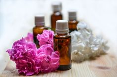Learn about the top essential oil uses and essential oil benefits. The use of all-natural essential oils for medicinal, cosmetic, and therapy purposes. Essential Oils For Nausea, Essential Oil Safety, Ginger Essential Oil, Best Essential Oils, Essential Oil Uses, Huile Tea Tree, Tea Tree Oil, Eucalyptus Citronné, Wool Dryer Balls