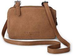 Diese entzückende Mini-Bag von Liebeskind überzeugt mit ihrem perfekten Format. Sie ist in drei Fächer mit Reißverschluss unterteilt und hat einen verstellbaren Tragegurt.