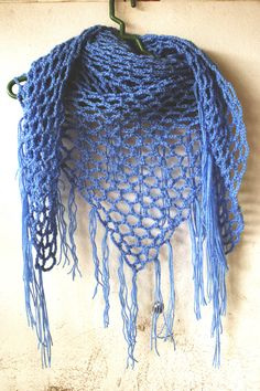 Crochet very easy triangle scarf with fringe. It's perfect for spring, or a summer evening. Looks great with a tank, T-shirt, sweater or a blouse.It's ve