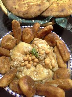 Voici un incontournable plat typiquement Algérois, présenté en général le premier jour du ramadhan car complet,délicieux et économique. *Ingrédients : *Sauce: -1 poulet flambé, lavé, coupé en morceaux -1 poignée de pois chiches trempés -1 oignon rond... Algerian Recipes, Pretzel Bites, About Me Blog, Bread, Sauce, Ramadan, Voici, Food, Apple Cakes
