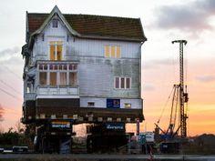 Donderdag 5 december 2013: De Vechthoeve, beter bekend als het Pipi Langkoushuis, staat op een ponton in de Vecht. Het monumentale houten huis moet wijken voor de nieuwe brug van de A1 en zal 300 meter verder komen te staan.