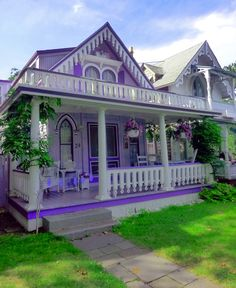 Martha's Vineyard cottage ♥ my dream house : ) Cosy Cottage, Victorian Cottage, Irish Cottage, Victorian Homes, White Cottage, Purple Home, Mini Chalet, Cute House, All Things Purple