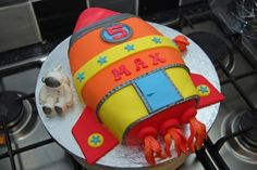 A space party theme: Rocket birthday cake Rocket Ship Cakes, Rocket Ship Party, Rocket Cake, 4th Birthday Cakes, 4th Birthday Parties, Boy Birthday, Birthday Ideas, Astronaut Party, Outer Space Party
