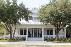 Joanna and Chip Gaines help a couple with visions of the country life create a dream home with a European farmhouse feel on HGTV's Fixer Upper. Estilo Joanna Gaines, Chip Et Joanna Gaines, Joanna Gaines House, Joanna Gaines Farmhouse, White Farmhouse Exterior, Country Farmhouse Decor, Modern Farmhouse Style, Vintage Farmhouse, Farmhouse Ideas