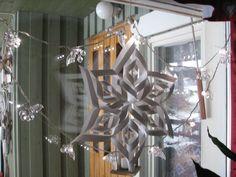 Ikkunan koristelua valoin ja paperitähdellä