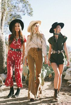 """Tree of Life's """"Rambling Rose"""" editorial features the boho brand's collections of romantic tops, sweet dresses, and pretty little picnic skirts. Look Festival, Festival Mode, Festival Outfits, Fall Festival Outfit, Fall Festival Fashion, Estilo Folk, Estilo Indie, Western Chic, Country Western Fashion"""