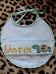 """Babero nombre """"Yarel"""" con tortuguita"""