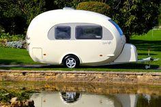 La caravane Barefoot en forme d'œuf est idéale pour vous accompagner partout. La surface en fibre de verre complètement lisse lui donne une allure distinguée sur la route. D'une longueur de 16 pieds, elle peut se transformer en salle à manger, en salon et même en chambreà coucher. La mini-radio rétro de marque Roberts est …