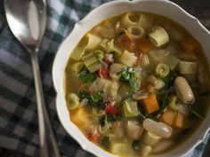 Já conhece? Minestrone é uma sopa italiana feita um monte de legumes diferentes e uma massinha (ou arroz) que cozinha no caldo da sopa. Apesar de eu não conhecer uma única receita correta específica para o minestrone, alguns ingredientes sãoSaiba Mais +