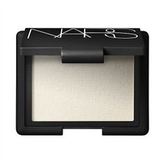 face highlighter-Since cold weather can suck the life out of your skin, I like to dust the cheekbones with a sparkly face powder, like Nars Albatross Highlighting Blush, for instant radiance. Wear it alone or on top of foundation and blush All Things Beauty, Beauty Make Up, Hair Beauty, Kiss Makeup, Hair Makeup, Beauty Secrets, Beauty Hacks, Makeup Tips, Makeup Products