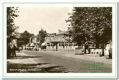 1955: Van der Mijleweg hoek van Oldenbarneveldweg met hotel café Borst en Kuilman. Er staan op deze mooie zomerse dag veel mensen op de bus te wachten richting strand. Links een schelpenkar.