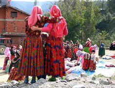 Samsun'un Vezirköprü ilçesine bağlı Sarıdibek Mahallesi'nde kadınlar 600 yıldır gündelik yaşamlarında renkli kıyafet giyiyor. Turkey, Faces, Dresses With Sleeves, Culture, Long Sleeve, People, Fashion, Moda, Turkey Country