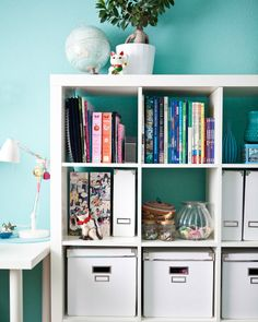 Aanpasbare meubels zoals open kasten zijn praktisch om schoolboeken in op te bergen