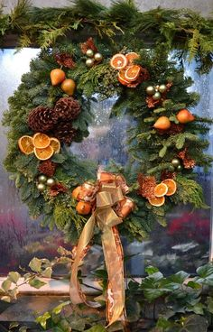 Christmas door wreath with dried oranges and fir cones Natural Christmas, Noel Christmas, Country Christmas, Winter Christmas, Christmas Crafts, Christmas Ornaments, Beautiful Christmas, Natal Natural, Corona Floral