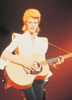 """One of my favourite David Bowie Ziggy era photos. He looks so noble in this one dont you think? What an icon he is. David Bowie Starman, David Bowie Ziggy, Glam Rock, Beatles, Ziggy Played Guitar, Mick Ronson, The Thin White Duke, Ziggy Stardust, David Jones"